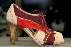 Chaussures femelles rouges et roses Images stock