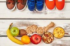 Chaussures, fruits et écrous de sport photographie stock