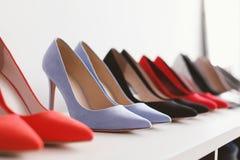 Chaussures gîtées par haute sur l'étagère Photographie stock libre de droits