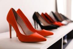 Chaussures gîtées par haute sur l'étagère Photo stock