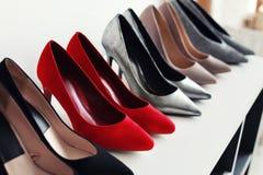 Chaussures gîtées par haute sur l'étagère Photos stock
