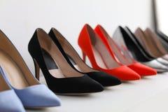 Chaussures gîtées par haute sur l'étagère Images stock