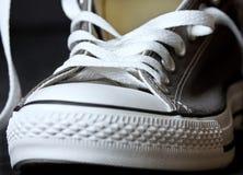 Chaussures grises de la jeunesse d'espadrilles Photos stock