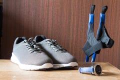 Chaussures grises de sport avec les cannes et le chronomètre nordiques P Image libre de droits