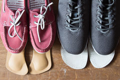 Chaussures grises de sport et espadrilles roses avec les semelles intérieures orthopédiques Bois Image libre de droits