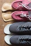 Chaussures grises de sport et espadrilles roses avec les semelles intérieures orthopédiques Bois Image stock
