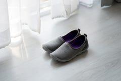 Chaussures grises et pourpres de tissu près de vue Photographie stock libre de droits
