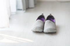 Chaussures grises et pourpres de tissu près de vue Photo stock