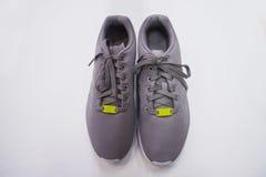 Chaussures grises masculines de sport Images libres de droits