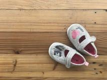 """Chaussures grises mignonnes de petite fille avec le  d'""""love†de mot Images libres de droits"""