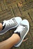 Chaussures grises sur le fond du plancher Photographie stock