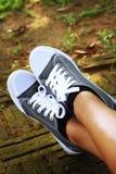 Chaussures grises sur le fond du plancher Photo libre de droits