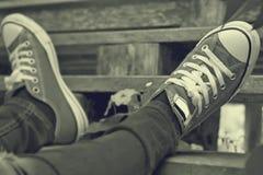 Chaussures grises sur un plancher en bois - espadrilles Photo libre de droits