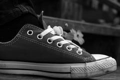 Chaussures grises sur un plancher en bois - espadrilles Images libres de droits