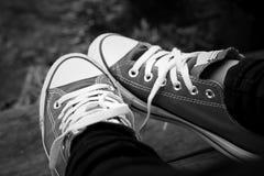 Chaussures grises sur un plancher en bois - espadrilles Photos libres de droits