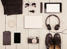 chaussures, jeans, PC de comprimé, smartphone, appareil-photo, écouteurs, bloc-notes Photographie stock