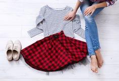 Chaussures, jupe, chemise Équipement élégant et jambes femelles sur le fond en bois blanc L'espace de vue supérieure et de copie Image stock