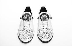 Chaussures légères modernes confortables d'Oxford sur le fond blanc, d'isolement Paires de chaussures confortables d'oxfords feme Image stock