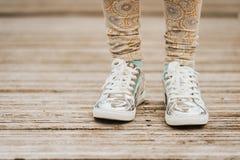 Chaussures métalliques de sport de dentelles de mode Photographie stock libre de droits
