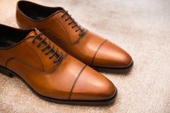 Chaussures masculines classiques en cuir de Brown sur le plancher photo libre de droits