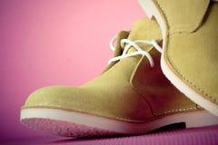 Chaussures masculines vertes sur le fond rose Images libres de droits