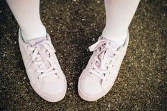 Chaussures mauve-clair de sport de dentelles de mode Photo libre de droits