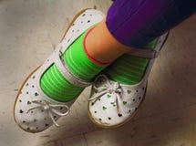 Chaussures mignonnes portées de pièce de petites filles images libres de droits