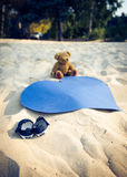 Chaussures minuscules, ours de nounours et un coeur Photo libre de droits