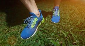 Chaussures modernes de bleu de course Photos libres de droits