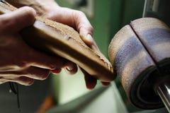 Chaussures moulées de meulage dans l'usine de chaussure Photo libre de droits