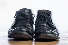 Chaussures noires d'affaires sur la table en bois Photos libres de droits