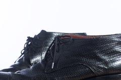 Chaussures noires d'affaires sur la table en bois Photos stock