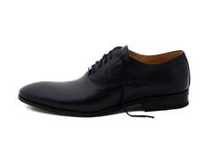 Chaussures noires d'hommes de cuir verni d'isolement sur le blanc Photo libre de droits
