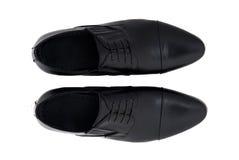 Chaussures noires d'hommes de cuir verni d'isolement sur le blanc Images stock