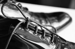 Chaussures noires d'Oxford sur le fond blanc, plan rapproché Image stock