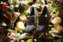 Chaussures noires dans l'arbre, la neige et les décorations de Noël photo libre de droits