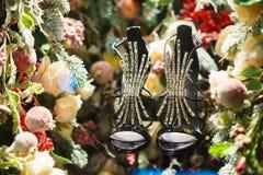 Chaussures noires dans l'arbre, la neige et les décorations de Noël images libres de droits