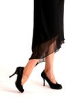 Chaussures noires de haut talon photographie stock