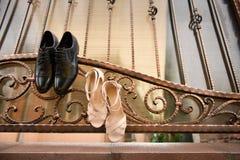 Chaussures noires de marié et chaussures blanches Photographie stock