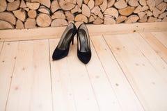 Chaussures noires de talon haut de suède Chaussures du `s de femmes Images libres de droits