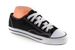 Chaussures noires et blanches bon marché de sport Photos stock