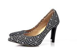 Chaussures noires et blanches de femmes de talon haut de mod?le d'isolement sur le fond blanc photographie stock libre de droits