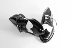 Chaussures noires et blanches du saumon d'aile des hommes Photo stock