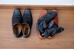 Chaussures noires et chaussures masculines brunes avec des chaussettes Photo libre de droits