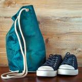Chaussures noires et un sac à dos Photos libres de droits