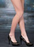 Chaussures noires sur un fond foncé Photos libres de droits
