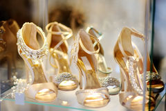 Chaussures nuptiale ou de salle de bal de danse Photos stock