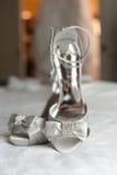 Chaussures nuptiales argentées de mariage Images stock
