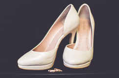 Chaussures nuptiales d'amants d'anneaux de mariage Photos stock