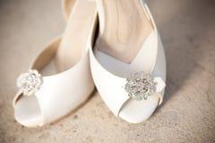 Chaussures nuptiales devant l'église Photos stock